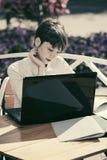 Ευτυχής νέα επιχειρηματίας με το lap-top στον καφέ πεζοδρομίων στοκ φωτογραφία με δικαίωμα ελεύθερης χρήσης