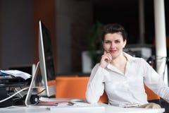 Ευτυχής νέα επιχειρησιακή γυναίκα που χαλαρώνει και που παίρνει το insiration Στοκ φωτογραφίες με δικαίωμα ελεύθερης χρήσης