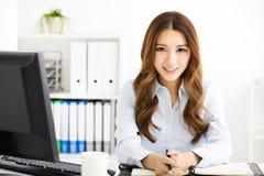 Ευτυχής νέα εργασία επιχειρησιακών γυναικών στην αρχή Στοκ εικόνα με δικαίωμα ελεύθερης χρήσης