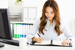 Ευτυχής νέα εργασία επιχειρησιακών γυναικών στην αρχή Στοκ Εικόνες