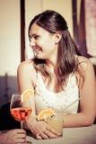 Ευτυχής νέα κατανάλωση γυναικών στοκ φωτογραφίες με δικαίωμα ελεύθερης χρήσης