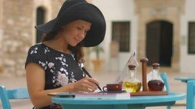 Ευτυχής νέα κυρία που ελέγχει το χάρτη πόλεων για να βρεί τις ενδιαφέρουσες θέσεις για την επίσκεψη απόθεμα βίντεο