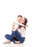 Ευτυχής νέα μητέρα και ο γιος της που θέτουν από κοινού Στοκ φωτογραφία με δικαίωμα ελεύθερης χρήσης