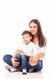 Ευτυχής νέα μητέρα και ο γιος της που θέτουν από κοινού Στοκ Φωτογραφίες