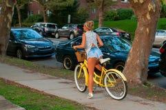 Ευτυχής νέα οδήγηση bicyclist στην πόλη στοκ εικόνες