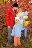 Ευτυχής νέα οικογένεια με τα παιδιά Στοκ εικόνα με δικαίωμα ελεύθερης χρήσης