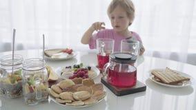 Ευτυχής νέα οικογένεια που έχει το πρόγευμα στην κουζίνα Θρεπτικό γεύμα απόθεμα βίντεο
