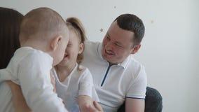 Ευτυχής νέα οικογένεια στο σπίτι απόθεμα βίντεο