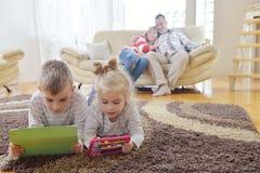 Ευτυχής νέα οικογένεια στο σπίτι Στοκ Εικόνες