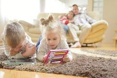 Ευτυχής νέα οικογένεια στο σπίτι Στοκ Φωτογραφίες