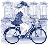 Ευτυχής νέα οδήγηση bicyclist σε μια οδό Στοκ εικόνα με δικαίωμα ελεύθερης χρήσης