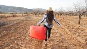 Ευτυχής νέα ταξιδιωτική γυναίκα στο χωριό Τουρισμός γεωργίας φιλμ μικρού μήκους