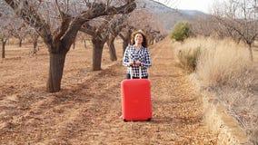 Ευτυχής νέα ταξιδιωτική γυναίκα στο χωριό Τουρισμός γεωργίας απόθεμα βίντεο