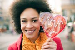 Ευτυχής νέα χαμογελώντας γυναίκα με τη μεγάλη κόκκινη καρδιά στην ηλιόλουστη ημέρα Στοκ φωτογραφίες με δικαίωμα ελεύθερης χρήσης