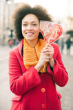 Ευτυχής νέα χαμογελώντας γυναίκα με τη μεγάλη κόκκινη καρδιά στην ηλιόλουστη ημέρα Στοκ Εικόνες