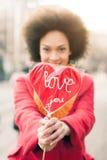 Ευτυχής νέα χαμογελώντας γυναίκα με τη μεγάλη κόκκινη καρδιά στην ηλιόλουστη ημέρα Στοκ εικόνες με δικαίωμα ελεύθερης χρήσης
