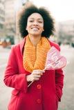Ευτυχής νέα χαμογελώντας γυναίκα με τη μεγάλη κόκκινη καρδιά στην ηλιόλουστη ημέρα Στοκ Φωτογραφία