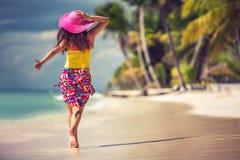 Ευτυχής νέα χαλάρωση γυναικών στην τροπική παραλία Στοκ φωτογραφία με δικαίωμα ελεύθερης χρήσης