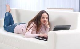 Ευτυχής νέα όμορφη γυναίκα με το lap-top στοκ εικόνα με δικαίωμα ελεύθερης χρήσης
