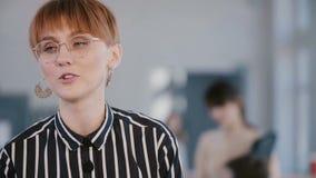Ευτυχής νέα όμορφη χιλιετής επιχειρησιακή γυναίκα που εξηγεί τις ιδέε απόθεμα βίντεο