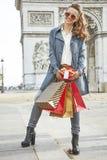 Ευτυχής νέος αγοραστής γυναικών κοντά Arc de Triomphe στο Παρίσι, Γαλλία Στοκ Εικόνες