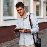 Ευτυχής νέος αρσενικός ανώτερος υπάλληλος που χρησιμοποιεί την ψηφιακή ταμπλέτα Στοκ φωτογραφία με δικαίωμα ελεύθερης χρήσης