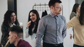 Ευτυχής νέος αρσενικός κύριος επιχειρηματίας που καλωσορίζει τους multiethnic συναδέλφους, που τινάζουν τα χέρια στο άνετο σύγχρο απόθεμα βίντεο