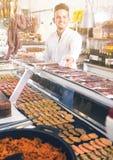 Ευτυχής νέος αρσενικός πελάτης στο κατάστημα χασάπηδων Στοκ φωτογραφίες με δικαίωμα ελεύθερης χρήσης