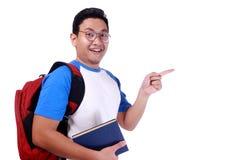 Ευτυχής νέος ασιατικός άνδρας σπουδαστής Στοκ φωτογραφία με δικαίωμα ελεύθερης χρήσης