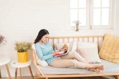 Ευτυχής νέος ασιατικός επιχειρηματίας που εργάζεται με ένα lap-top στο σπίτι Στοκ φωτογραφία με δικαίωμα ελεύθερης χρήσης