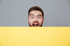 Ευτυχής νέος γενειοφόρος πίνακας εκμετάλλευσης ατόμων copyspace Στοκ εικόνα με δικαίωμα ελεύθερης χρήσης