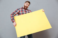 Ευτυχής νέος γενειοφόρος πίνακας εκμετάλλευσης ατόμων copyspace Στοκ Εικόνα