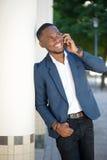 Ευτυχής νέος επιχειρηματίας που καλεί με το κινητό τηλέφωνο Στοκ Εικόνα