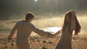 Ευτυχής νέος ερωτευμένος κοντινός ζευγών η γραφική λίμνη Synevir στα Καρπάθια βουνά Νεαρός άνδρας και γυναίκα σε παραδοσιακό απόθεμα βίντεο
