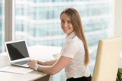 Ευτυχής νέος θηλυκός επιχειρηματίας που εργάζεται στο γραφείο Στοκ Εικόνες