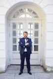 Ευτυχής νέος νεόνυμφος με μια γενειάδα στη ημέρα γάμου τους Στοκ Φωτογραφίες