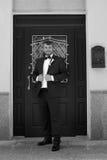 Ευτυχής νέος νεόνυμφος με μια γενειάδα στη ημέρα γάμου τους Στοκ Φωτογραφία