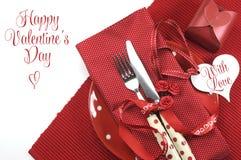 Ευτυχής να δειπνήσει θέματος ημέρας βαλεντίνων κόκκινη ρύθμιση επιτραπέζιων θέσεων Στοκ Φωτογραφίες
