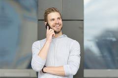 Ευτυχής να σας ακούσει Γενειοφόροι περίπατοι ατόμων με το smartphone, αστικό υπόβαθρο Το ευχάριστο πρόσωπο χαμόγελου ατόμων μιλά  Στοκ Φωτογραφίες