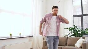 Ευτυχής νεαρός άνδρας που χορεύει στο σπίτι φιλμ μικρού μήκους