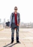 Ευτυχής νεαρός άνδρας ή έφηβος με το longboard Στοκ φωτογραφία με δικαίωμα ελεύθερης χρήσης