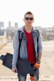 Ευτυχής νεαρός άνδρας ή έφηβος με το longboard Στοκ Εικόνες