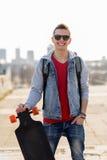 Ευτυχής νεαρός άνδρας ή έφηβος με το longboard Στοκ φωτογραφίες με δικαίωμα ελεύθερης χρήσης