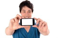 Ευτυχής νεαρός άνδρας που παίρνει μια φωτογραφία selfie με το έξυπνο τηλέφωνό του Στοκ Φωτογραφία
