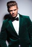 Ευτυχής νεαρός άνδρας που φορά ένα πράσινο κοστούμι βελούδου Στοκ εικόνα με δικαίωμα ελεύθερης χρήσης