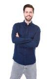 Ευτυχής νεαρός άνδρας που χαμογελά στο απομονωμένο άσπρο υπόβαθρο Στοκ Φωτογραφίες
