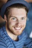 Ευτυχής νεαρός άνδρας στο καπέλο hipster Στοκ Φωτογραφίες