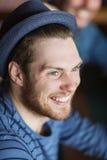 Ευτυχής νεαρός άνδρας στο καπέλο hipster Στοκ φωτογραφία με δικαίωμα ελεύθερης χρήσης