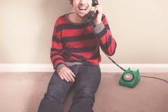 Ευτυχής νεαρός άνδρας στο τηλέφωνο Στοκ εικόνες με δικαίωμα ελεύθερης χρήσης