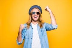 Ευτυχής νικητής λαχειοφόρων αγορών Πορτρέτο του όμορφου τύπου που αυξάνει τις πυγμές επάνω Στοκ Εικόνες